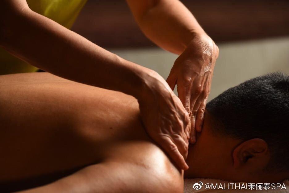 按摩对颈椎是一种有效的治疗措施,疏通脉络,缓解肌肉紧张,解除神经压迫