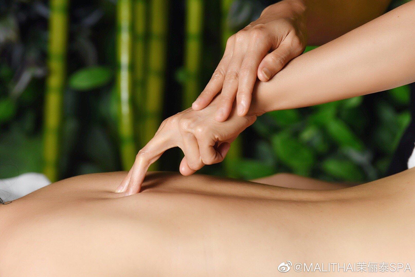 泰式按摩一般从足部开始,并向着人体的中心部位多好压按结合的手法,细腻的指压,